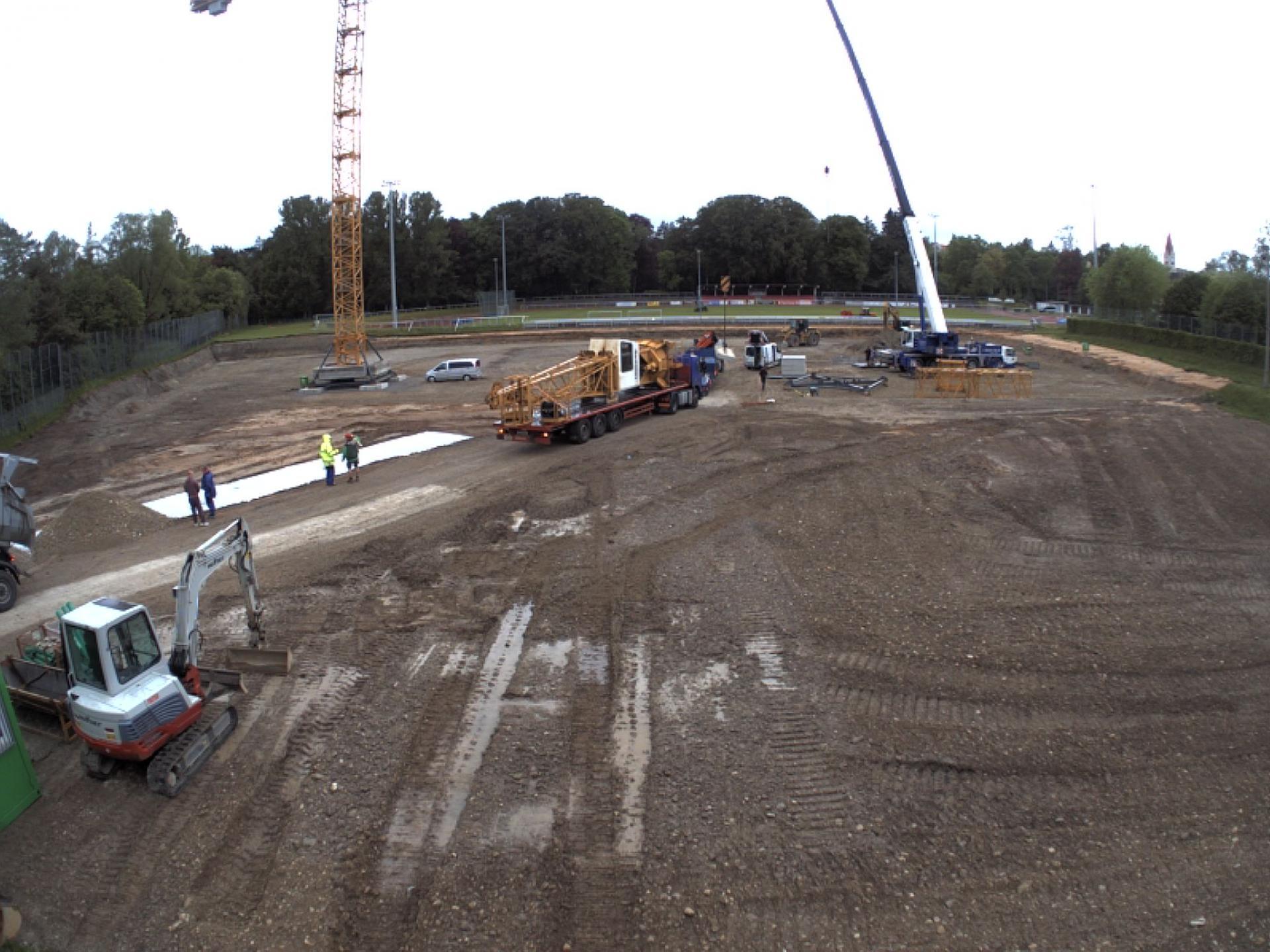 Zwei Baukräne für das neue Eisstadion