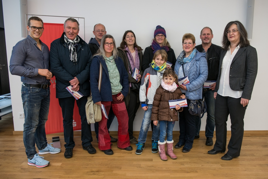 Foto: Kaufbeuren Tourismus- und Stadtmarketing e.V. links: Michael Sambeth (Kreis- und Stadtsparkasse Kaufbeuren) rechts: Simone Page (Aktionsgemeinschaft Kaufbeuren e.V.) Mitte: Gewinner der Geschenkschecks