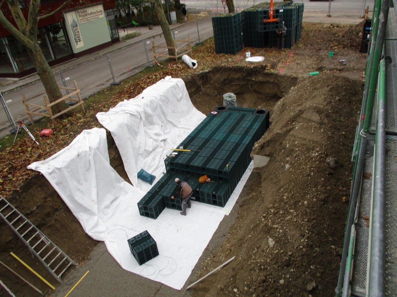 Die einzelnen Entwässerungskörbe sorgen für die gleichmäßige Einleitung des Regenwassers, umwickelt werden sie mit einem Vlies.