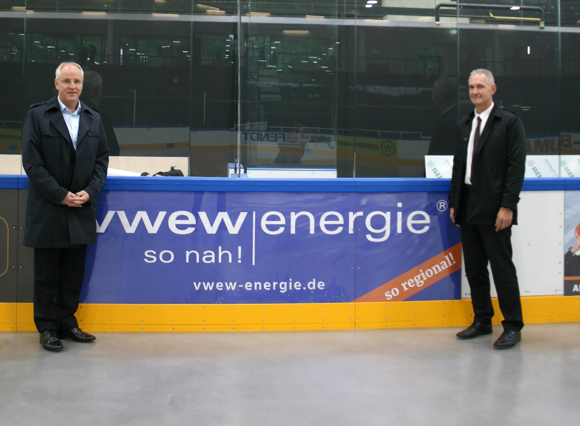 Auf der Eisfläche: Geschäftsführer der VWEW-energie Stefan Fritz und Vorstandsvorsitzender Markus Pferner freuen sich über die erste Eisbereitung im neuen Stadion.  Bildquelle: VWEW-energie