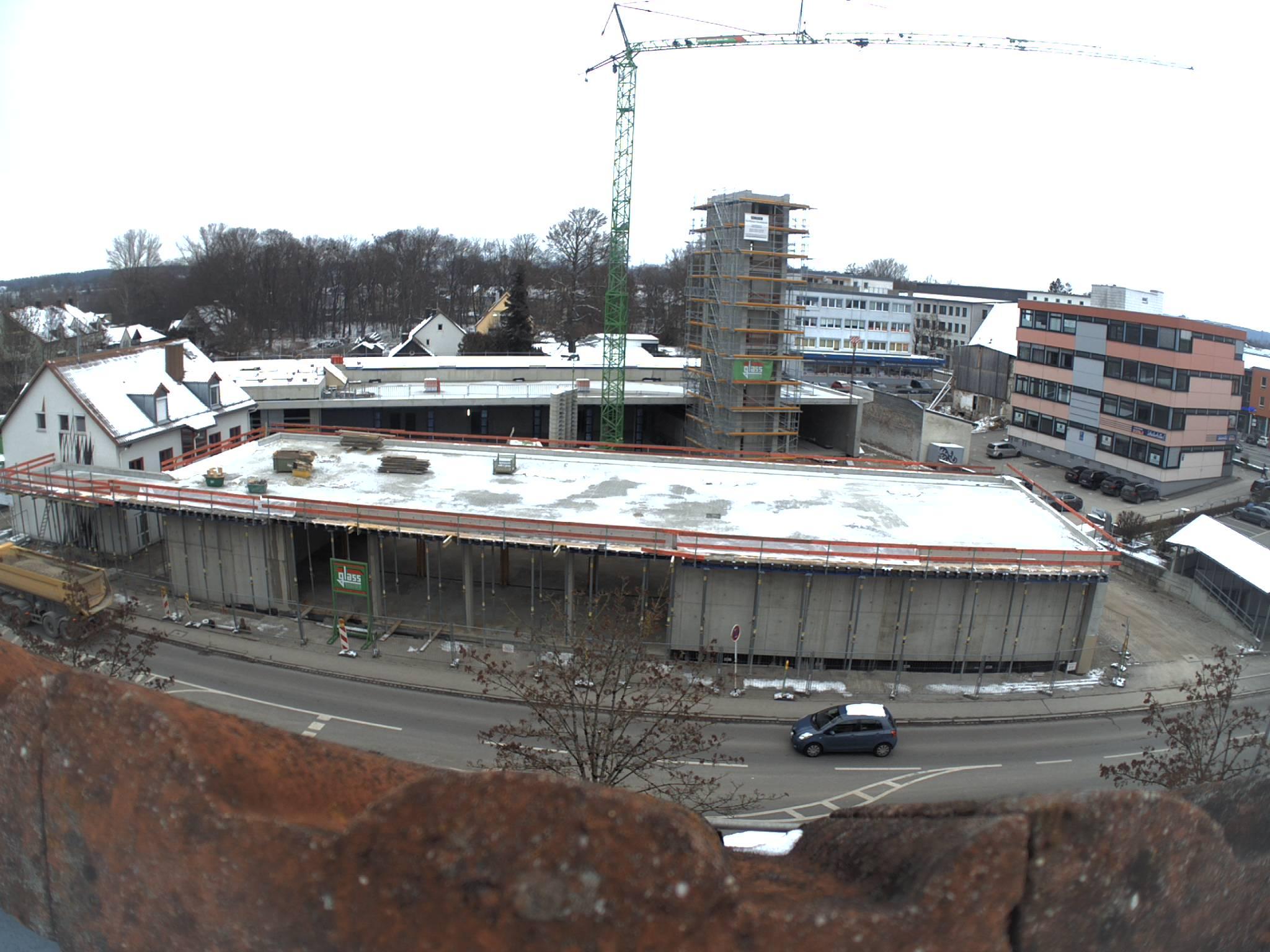 Auch die Fahrzeughalle an der Neugablonzer Straße (vorne im Bild) hat nun ein Dach.