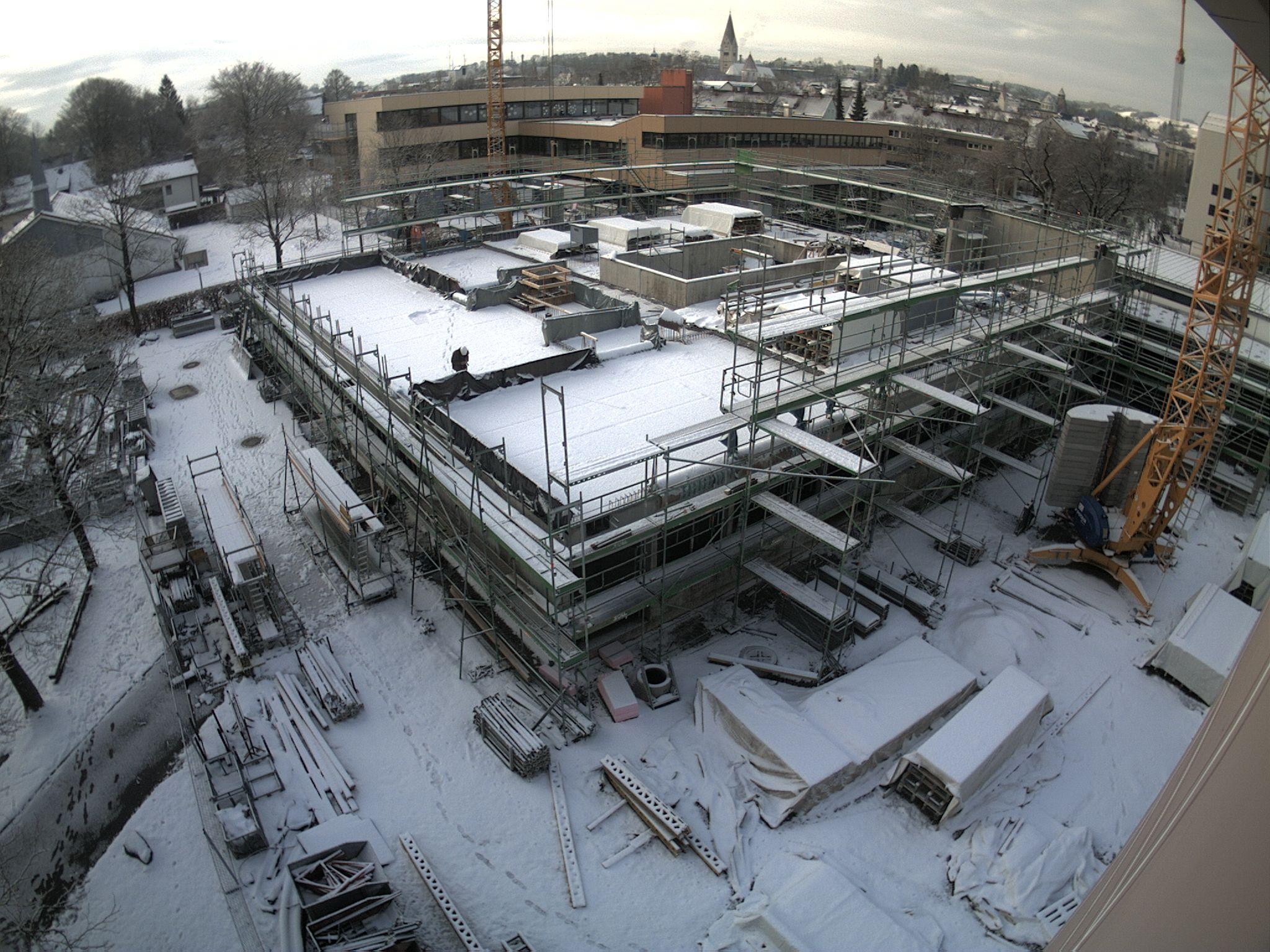 Weihnachtspause für die Baustelle: Ein Mitarbeiter von mse architekten aus Kaufbeuren, die die Bauleitung übernommen haben, wirft noch einen prüfenden Blick auf die Schutzfolien.