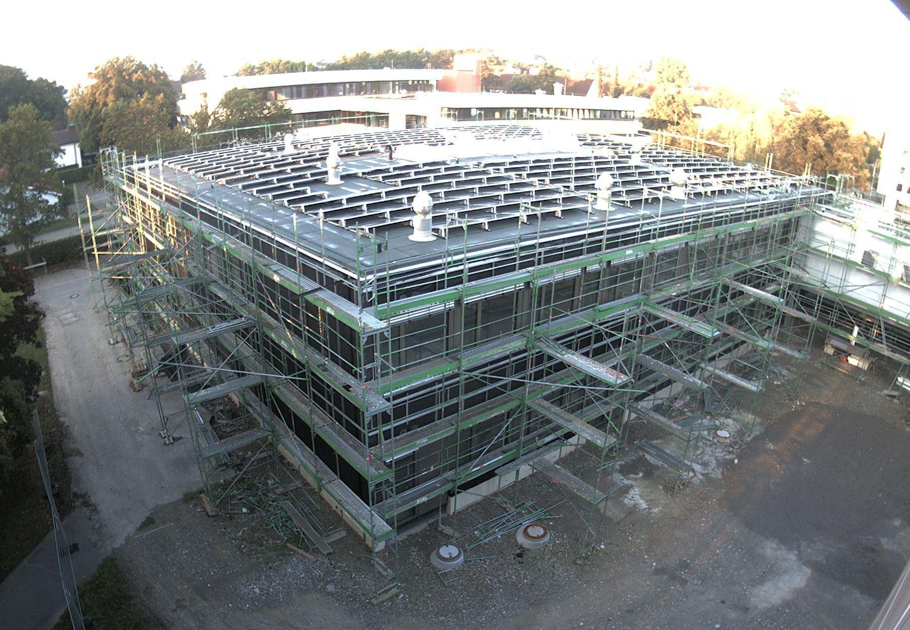 Auf dem Dach des neuen Fachklassentrakts wurde bereits eine Photovoltaik-Anlage installiert.