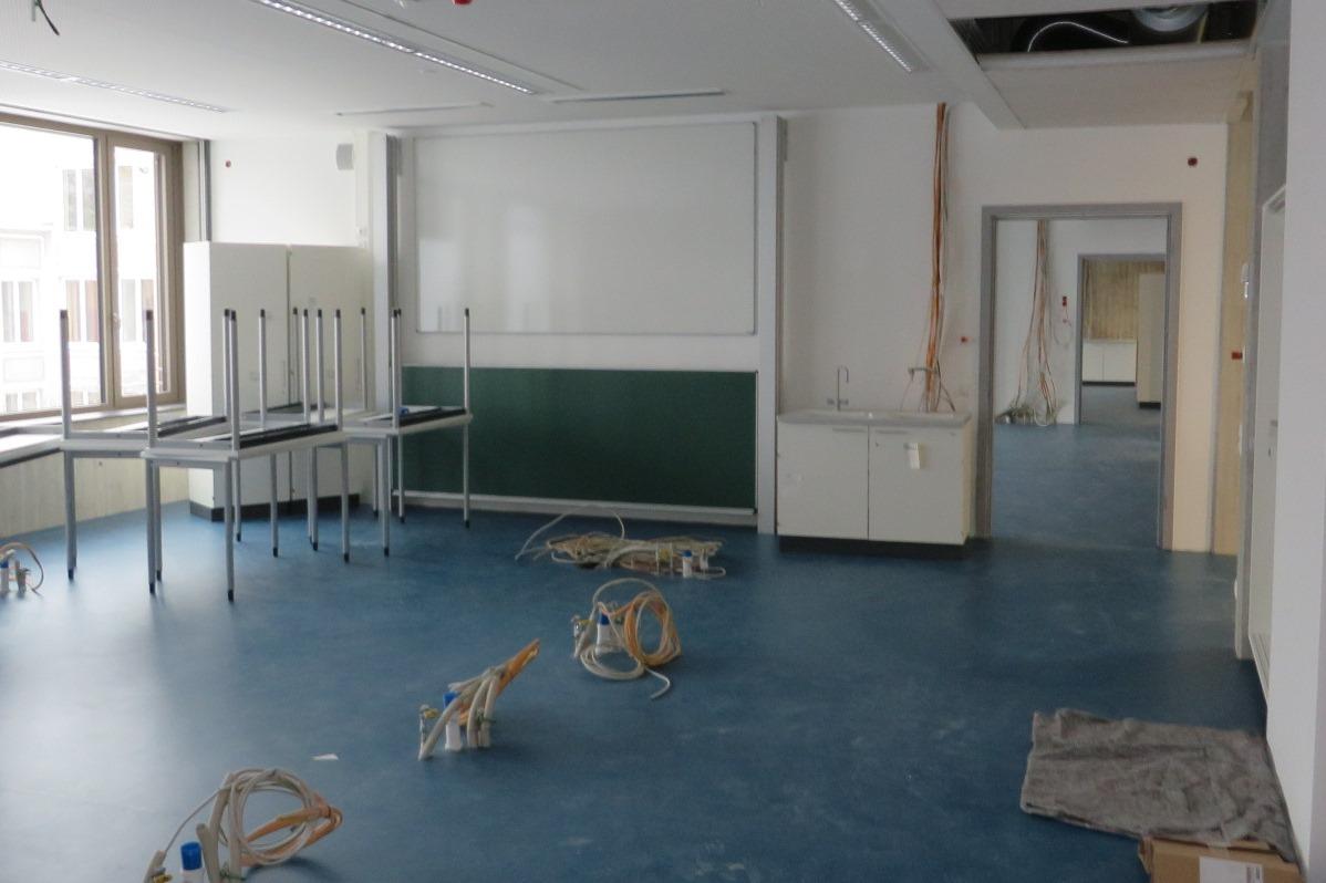 Einer der zwölf neuen Fachklassenräume im Jakob-Brucker-Gymnasium: Bis zum Ende der Faschingsferien werden alle Räume fertig eingerichtet sein. Foto: Stadt Kaufbeuren