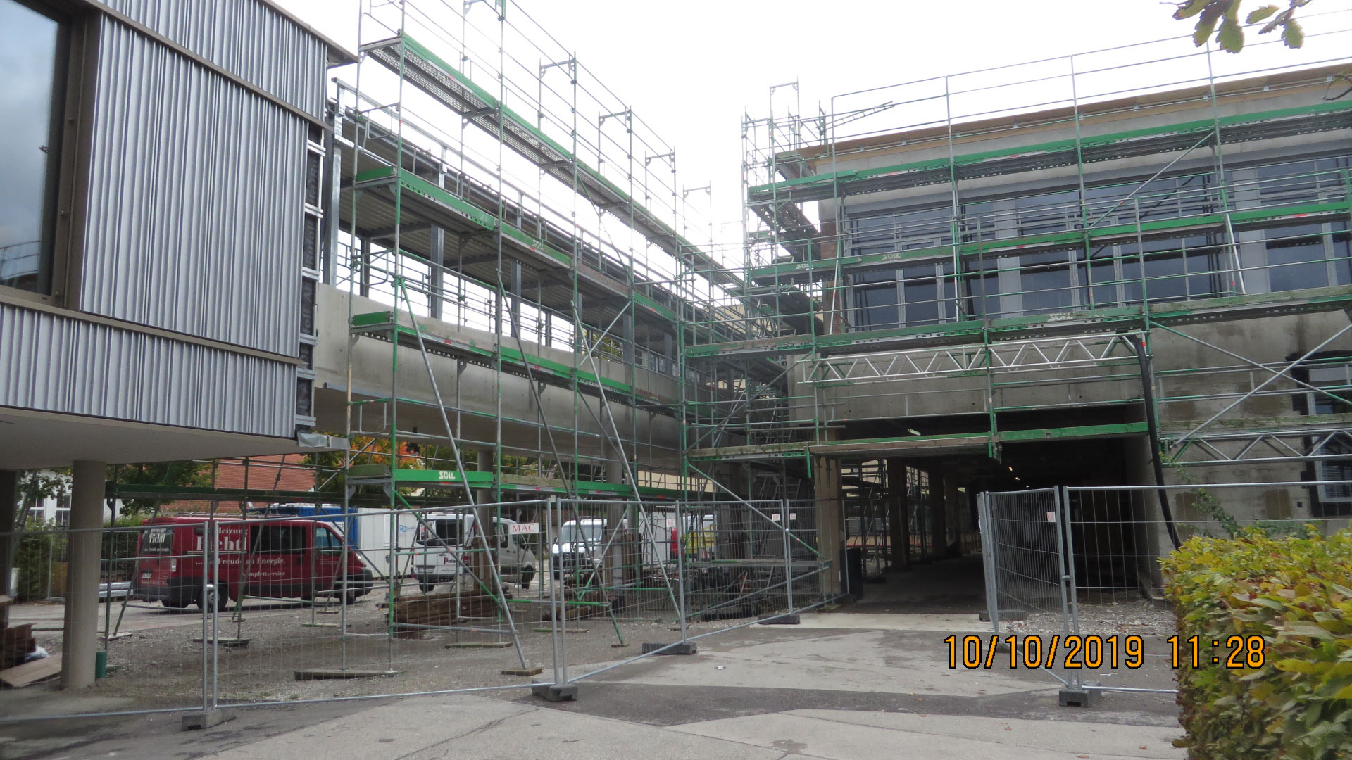 Die Stahlbaukonstruktion am Verbindungsgang ist von außen gut zu erkennen