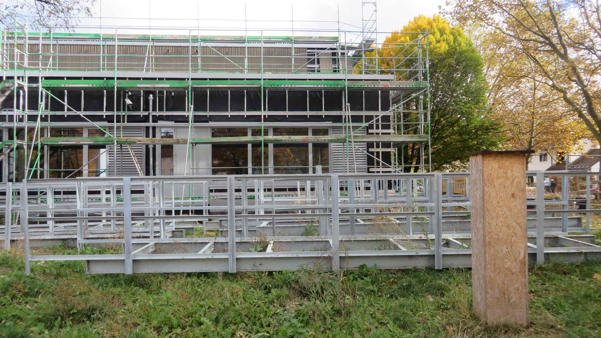 """Die Stahlkonstruktion für das Dach ist noch am Boden,  Anfang November geht es damit """"hoch hinaus"""". Bildquelle: Stadt Kaufbeuren"""